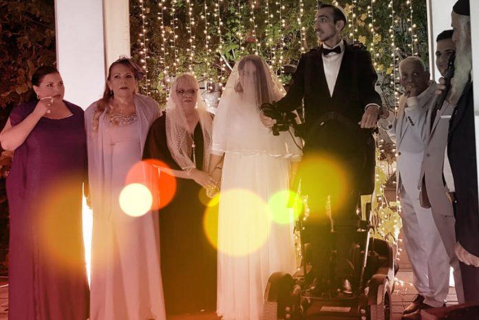 A tecnologia robótica fez com que o noivo tetraplégico ficasse em pé em seu casamento